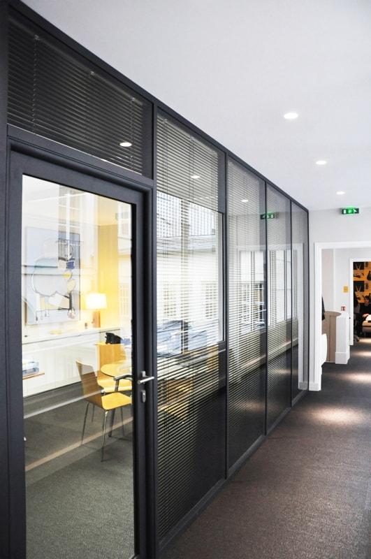 Couloir avec paroi vitrée