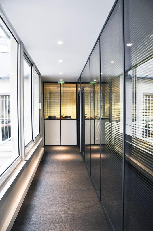 le couloir avec la paroi vitr e huggy. Black Bedroom Furniture Sets. Home Design Ideas