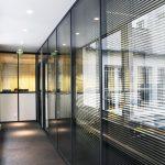 Le couloir avec la paroi vitrée