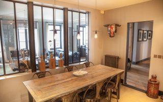 Table à manger sous la verrière séparant le salon de la salle à manger