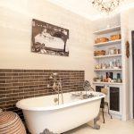 Baignoire vintage dans une salle de bain design