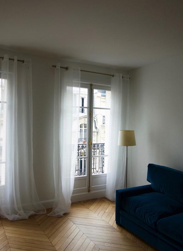 Installation de rideaux dans cette réhabilitation d'appartement