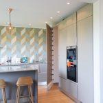 Création d'une porte de cuisine intégrée à la décoration