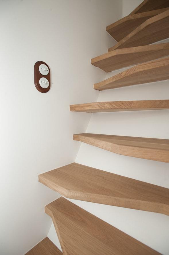 Escalier d'accès en bois vers la mezzanine