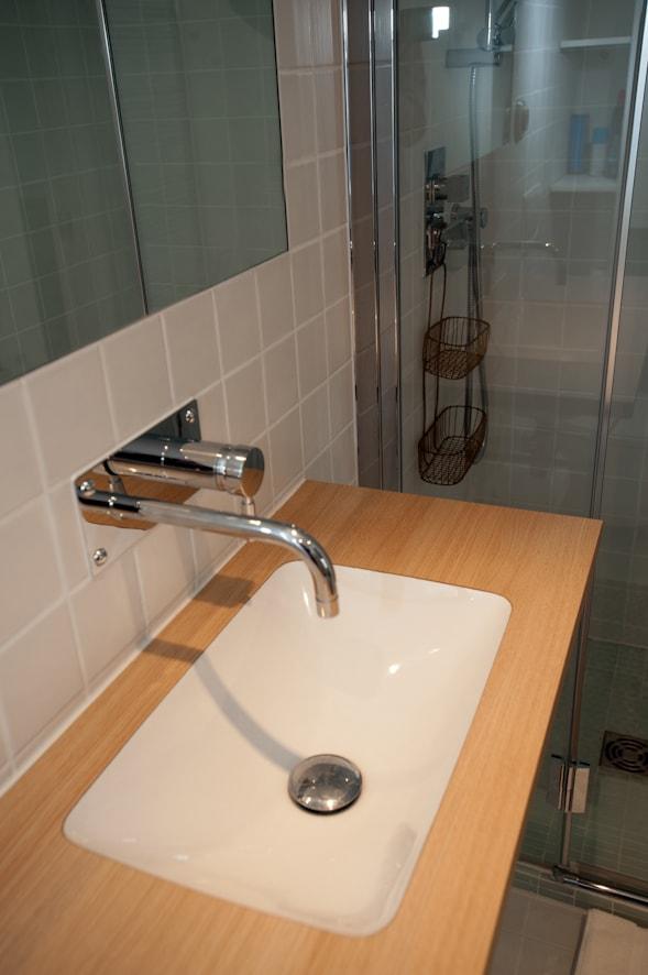 La salle de douche sous la mezzanine
