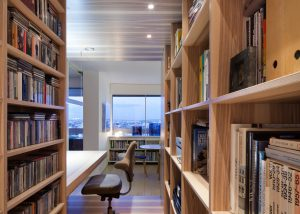 L'intérieur de la bibliothèque et le box