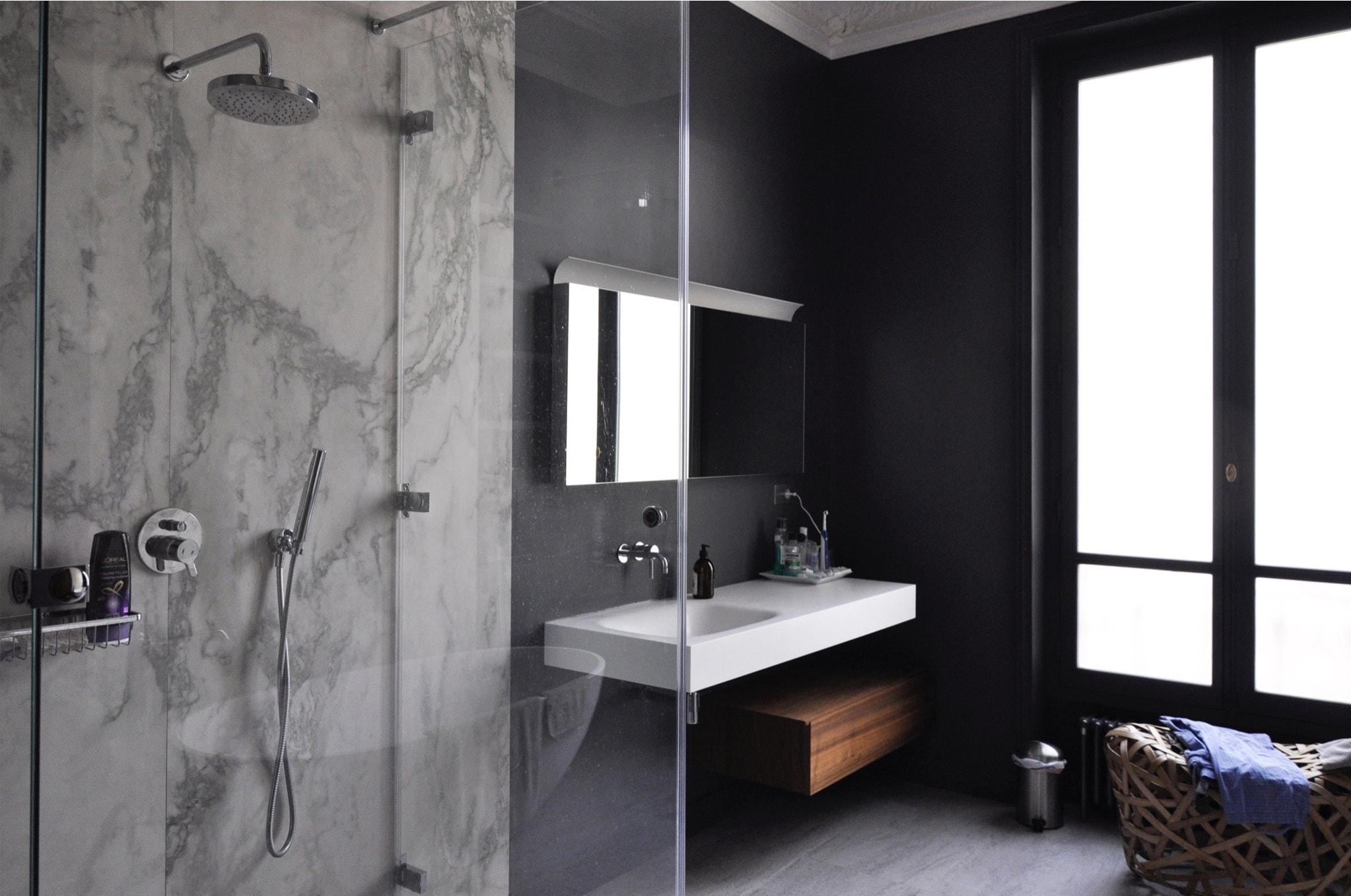 Salle de bain moderne dans les tons gris
