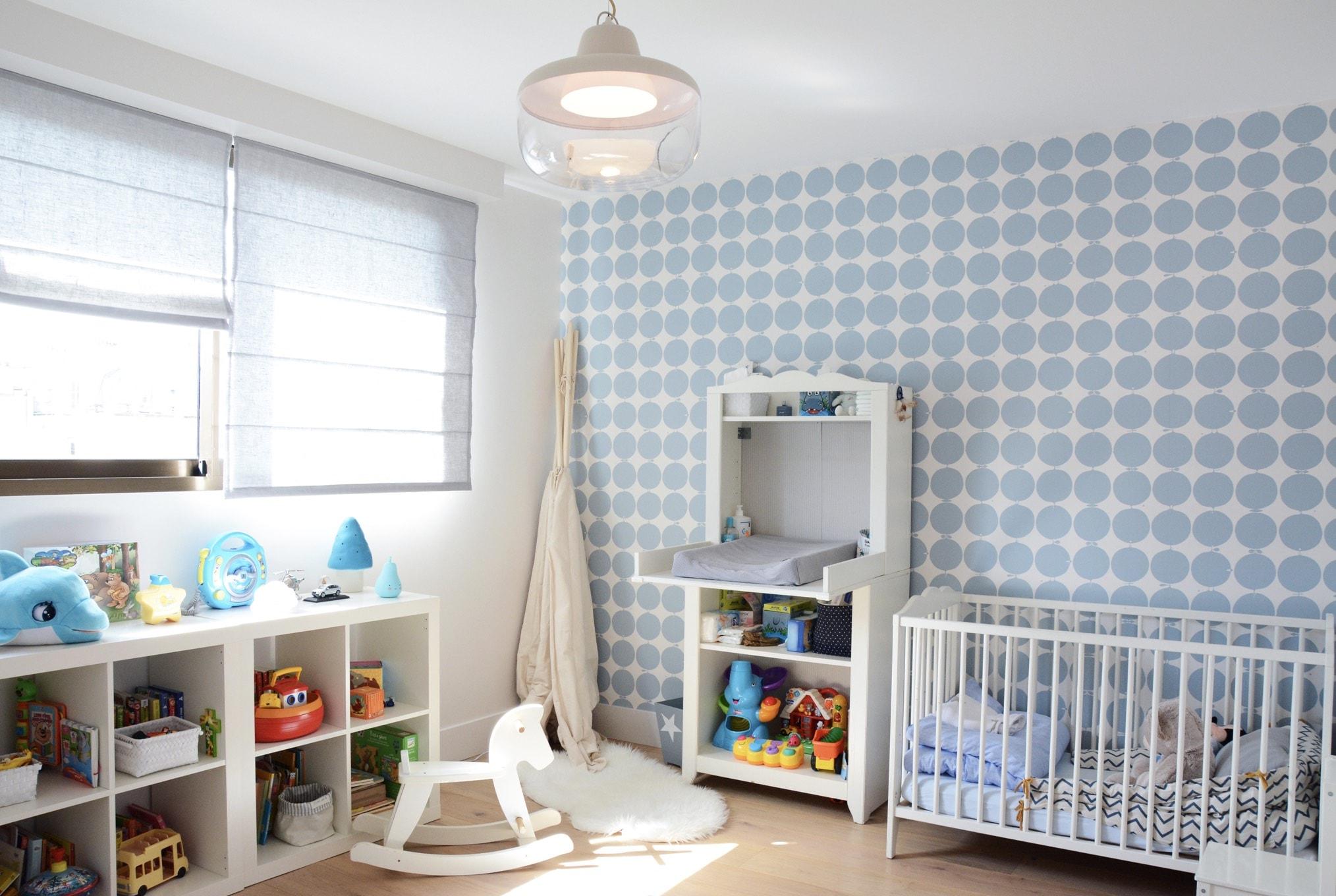 Chambre d'enfant, parquet, peinture, papier peint