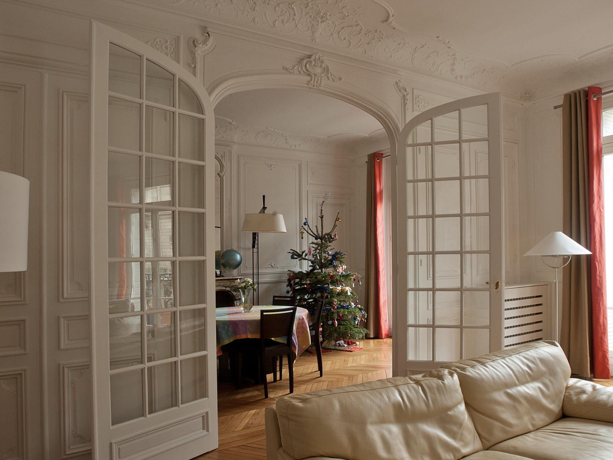Appartement haussmannien ; double porte vitrée, moulures, parquet d'origine