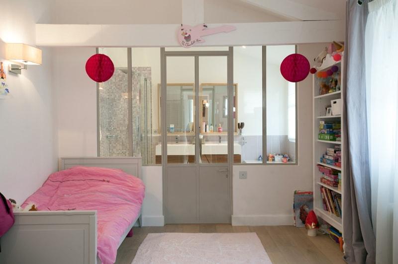 Une chambre d'enfants avec verrière