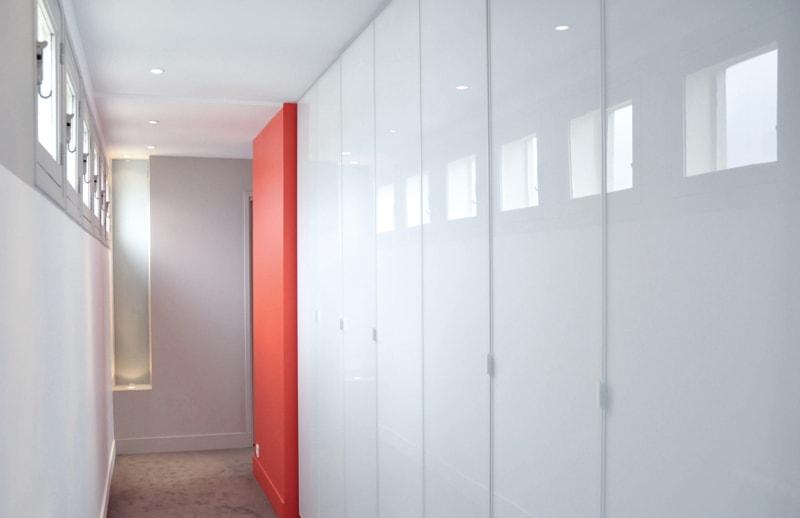 Aménagement d'un couloir avec de nombreux rangements