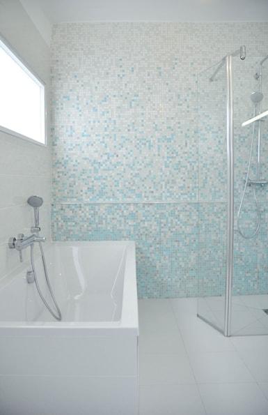 Travaux de Rénovation de la salle de bain, blanc et bleu