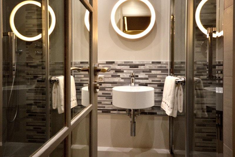 Salle de douche moderne, porte miroir