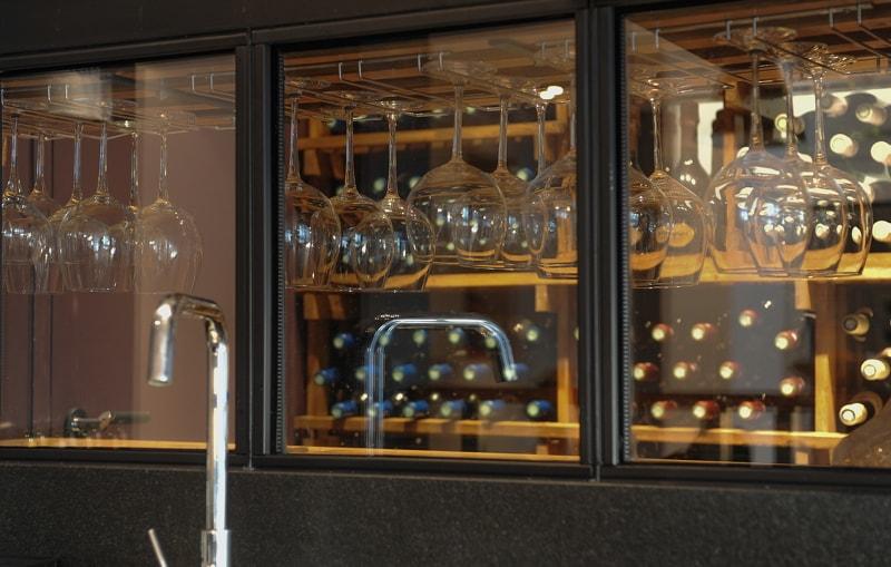 Installation d'une cave à vin encastrée - appartement contemporain