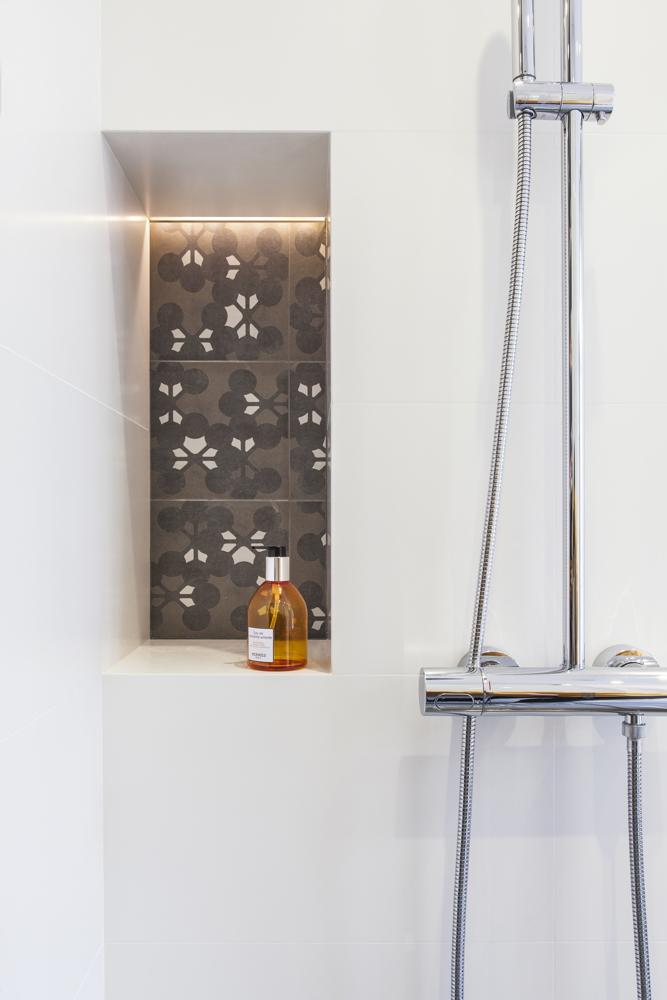 Niche dans la douche à l'italienne