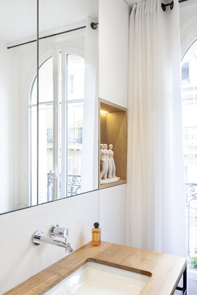 Vasque en bois et salle de bain moderne
