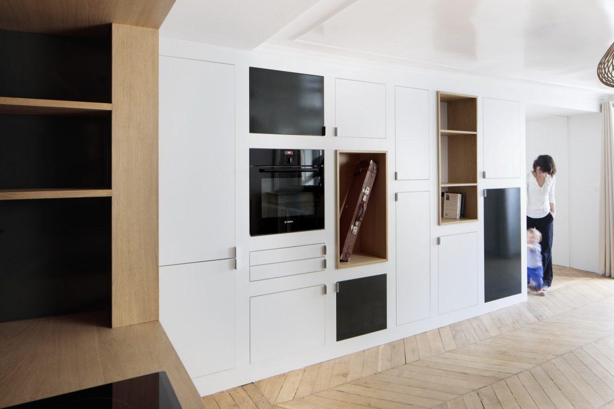 BKBS architectes ; la cuisine discrète qui sépare la chambre du salon - séjour