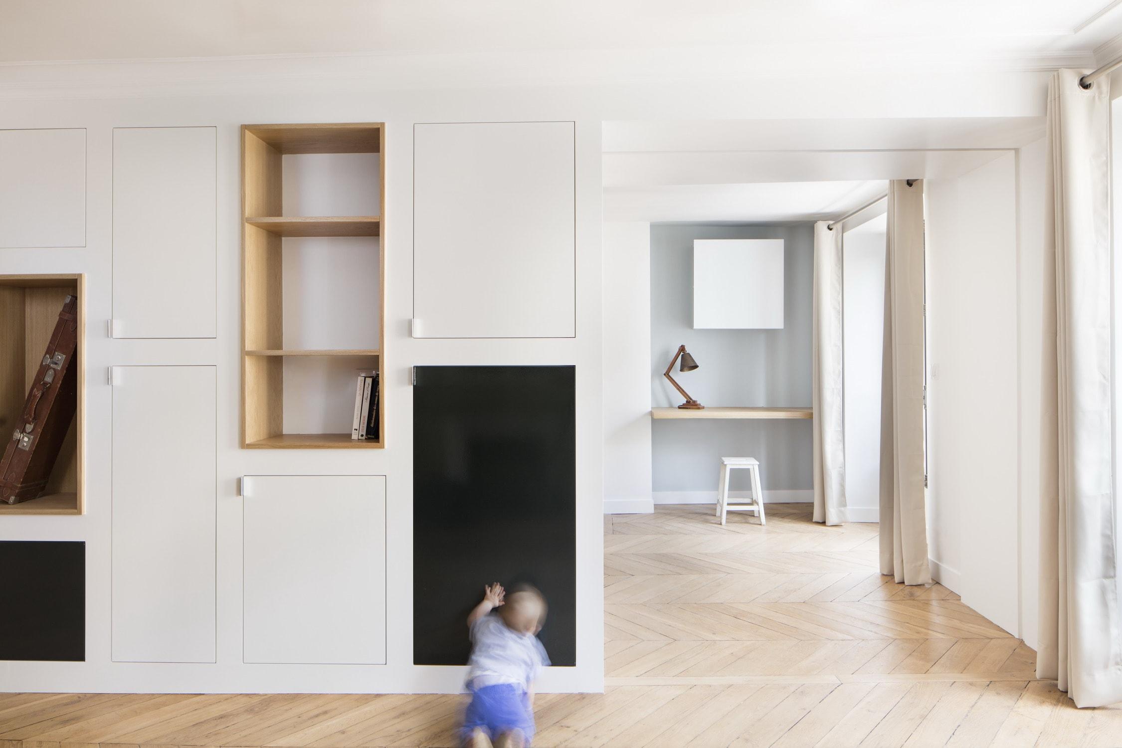 BKBS architectes ; la cuisine au premier plan , le bureau et la chambre en arrière plan