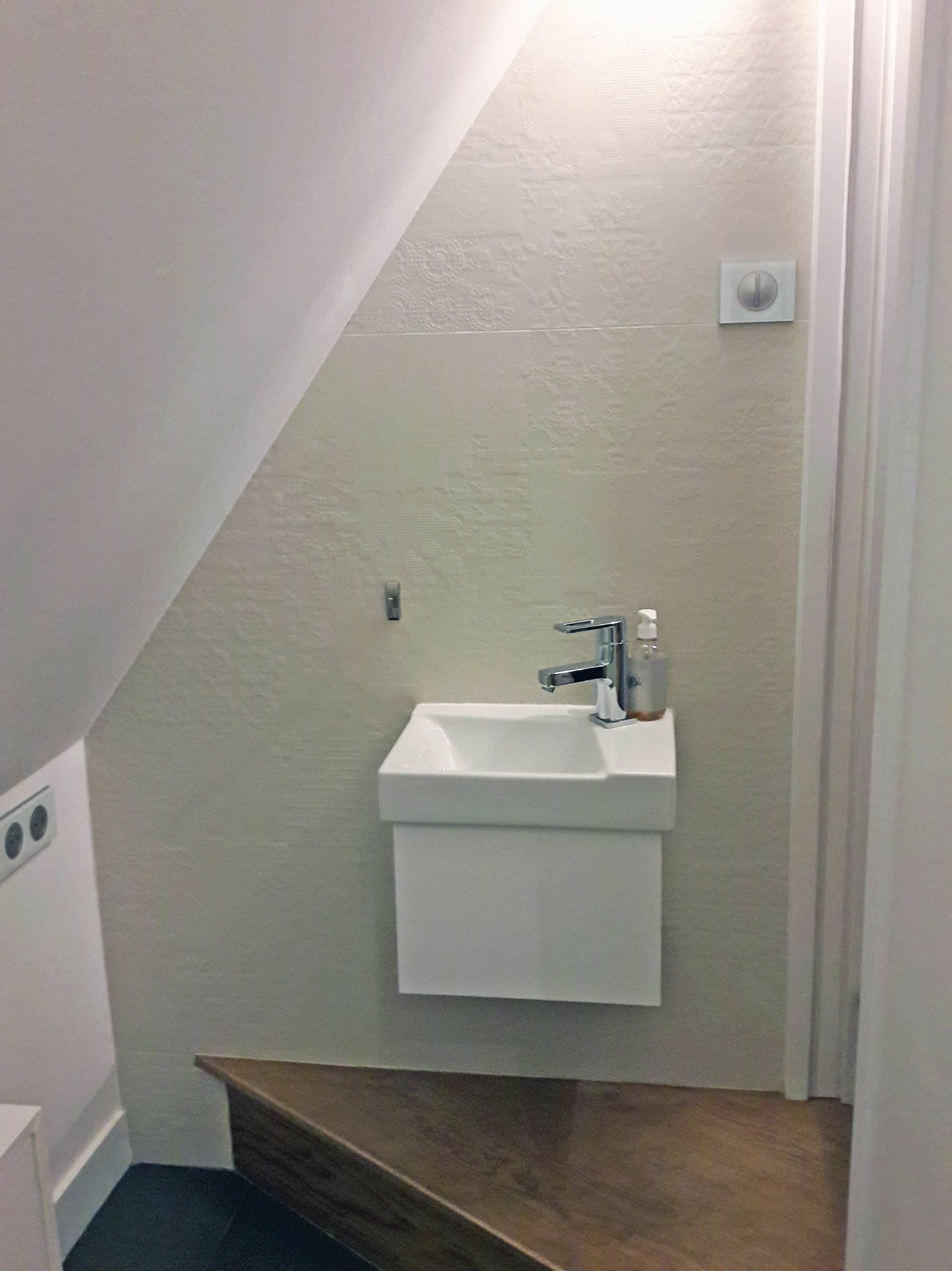 Coin WC au bas de la cage d'escalier 1