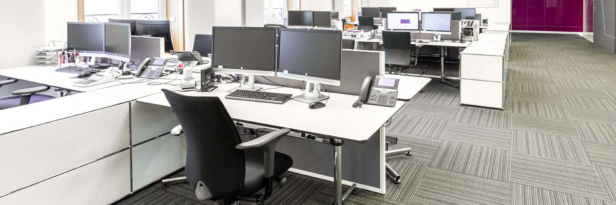 L'espace de travail est un facteur déterminant de performance et de santé au travail. L'enquête 2014 CSA/Actineo sur l'espace de travail en Europe (1208 personnes interrogées en France) indique que si l'espace de travail impacte le bien-être et la santé au travail pour respectivement 92 % et 81 % des salariés français, il est aussi un déterminant de leur efficacité pour 89 % d'entre eux. En effet l'aménagement d'un espace de travail peut améliorer ou dégrader de nombreuses dimensions du travail : le confort physique et acoustique la concentration la coopération la circulation le management l'organisation du travail Ainsi au même titre que l'organisation du travail ou le management, l'espace de travail constitue un élément essentiel à la qualité de vie au travail et à la performance de l'entreprise. Quelles que soient les conditions dans lesquelles il est exercé, le travail est toujours spatialement situé et cette dimension est paradoxalement souvent absente des réflexions sur l'organisation du travail. Et si on commençait par une bonne posture au bureau afin de vous permettre d'être plus efficace ?