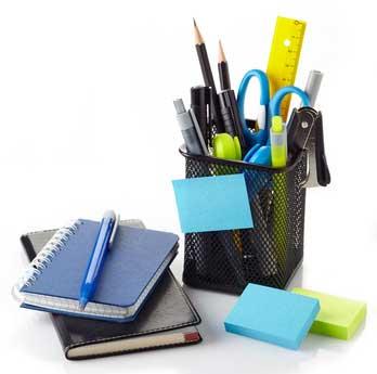 Des fournitures et accessoires de bureaux colorés