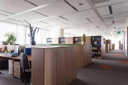 Organiser l'espace de travail avec des meubles de rangement