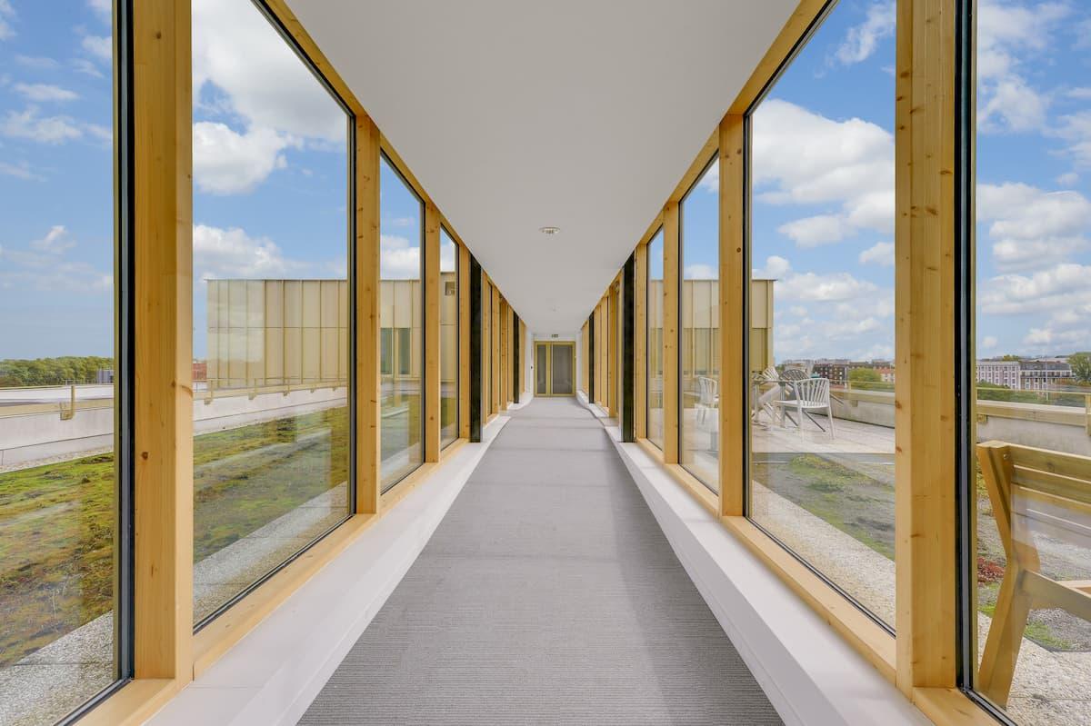 Aménagement d'un couloir vitré pour des bureaux