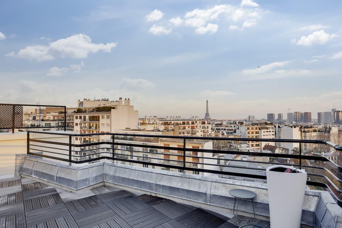 Terrasse sur les toits de paris avec vue sur la Tour Eiffel