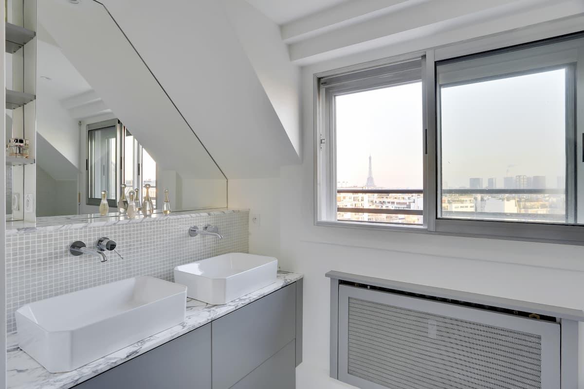 Rénovation d'une salle de bain avec vue sur Paris