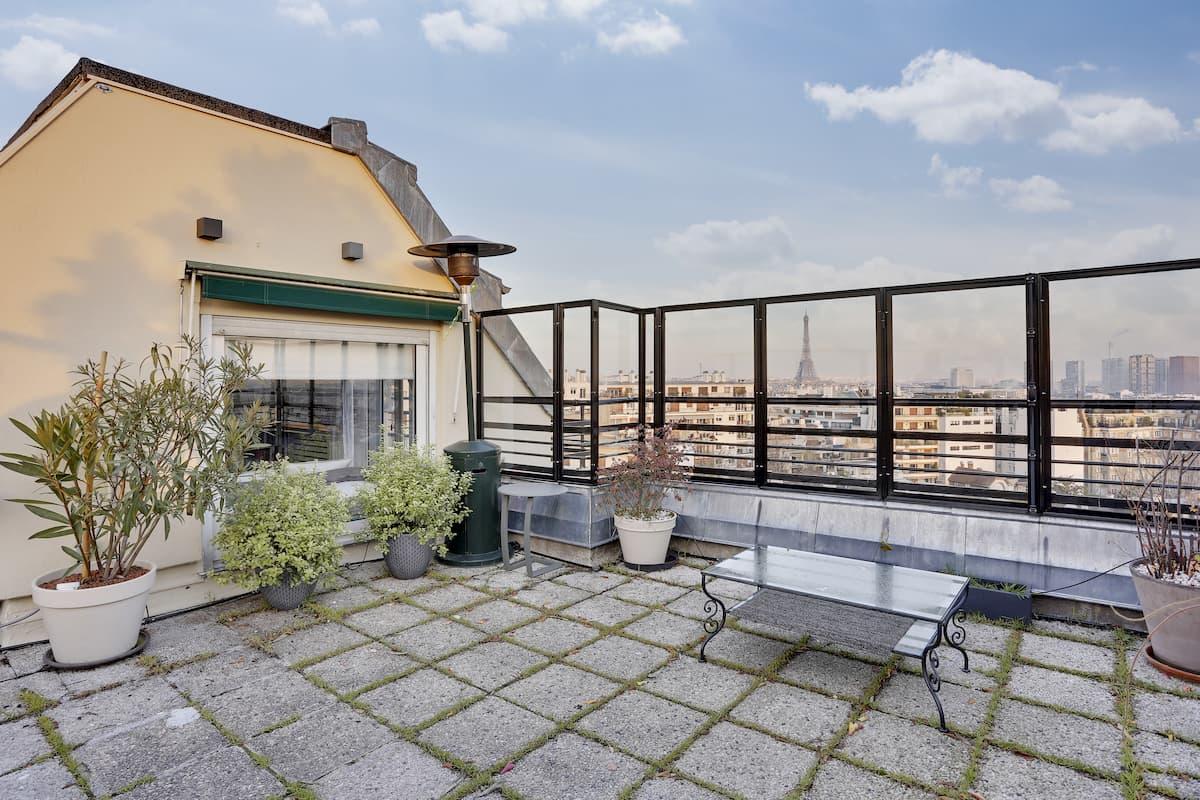 Terrasse protégée avec vue sur les toits de Paris